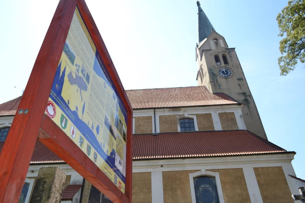 Nowa tablica Ślężańskiego Szlaku św. Jakuba na rynku w Sobótce