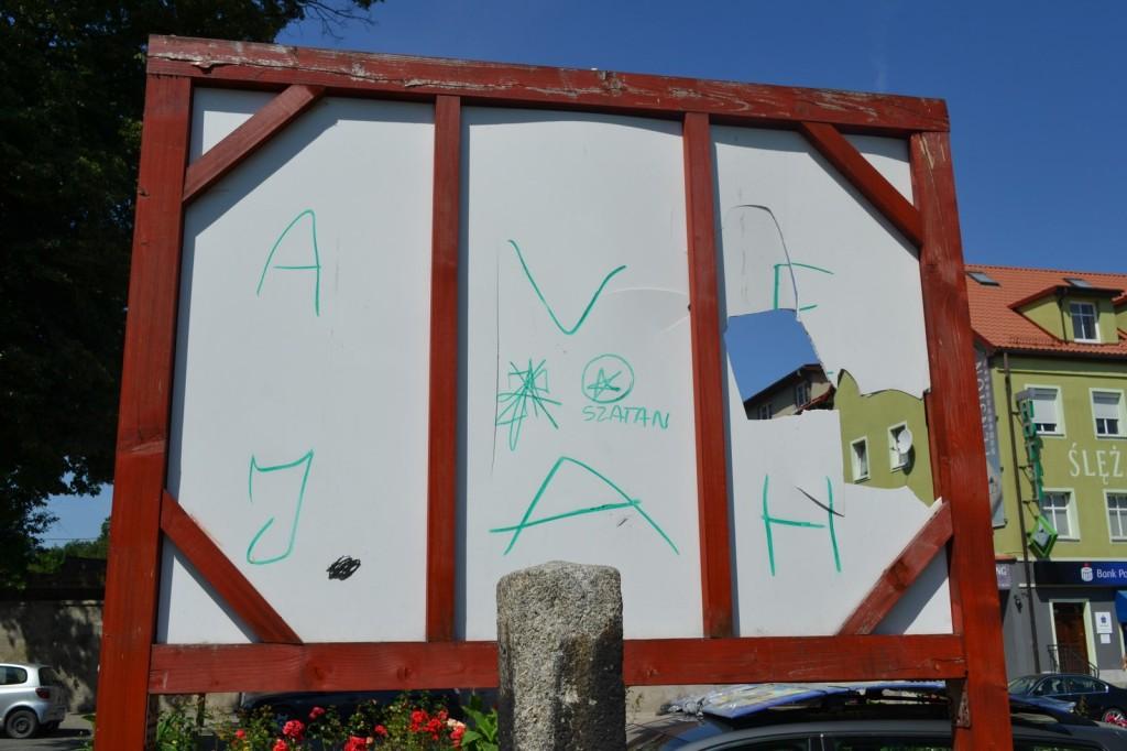 zniszczona tablica szlak św jakuba w sobótce