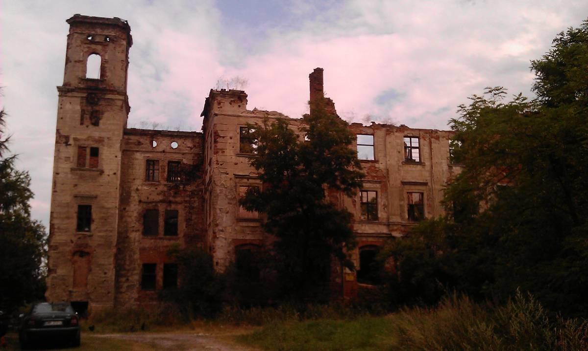 Ruiny pałacu w Maniowie